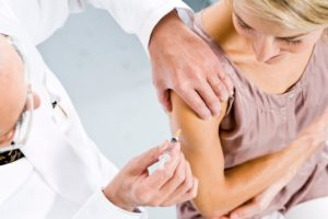 Можно ли делать прививку во время месячных